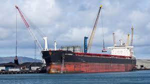 Балкер с углем в порту
