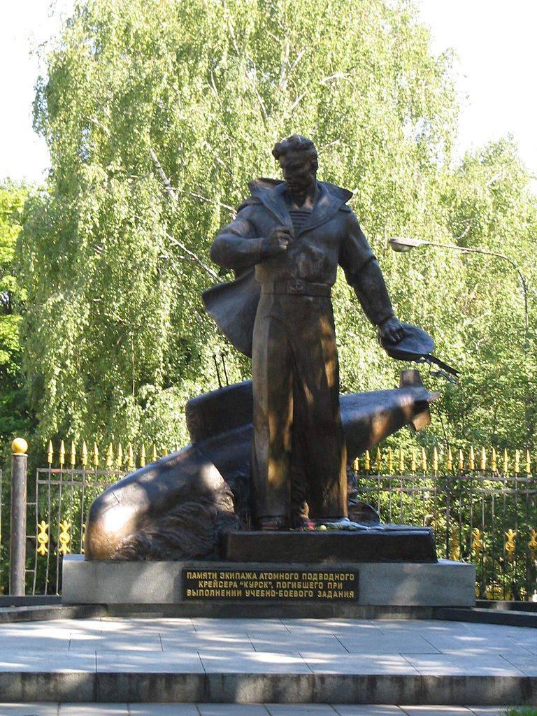 Памятник подводникам лодки Курск в Москве