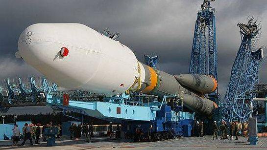 Ракета-носитель Союз установлена на стартовом комплексе