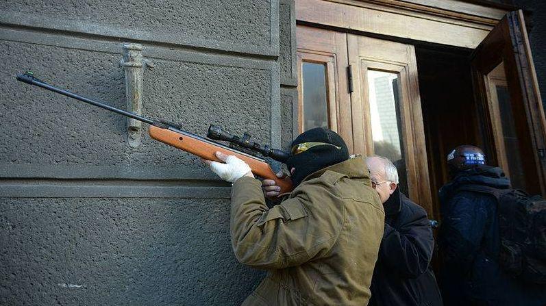 Неопознанный протестующий, вооруженный винтовкой. Столкновения в Киеве, Украина. События от 18 февраля 2014
