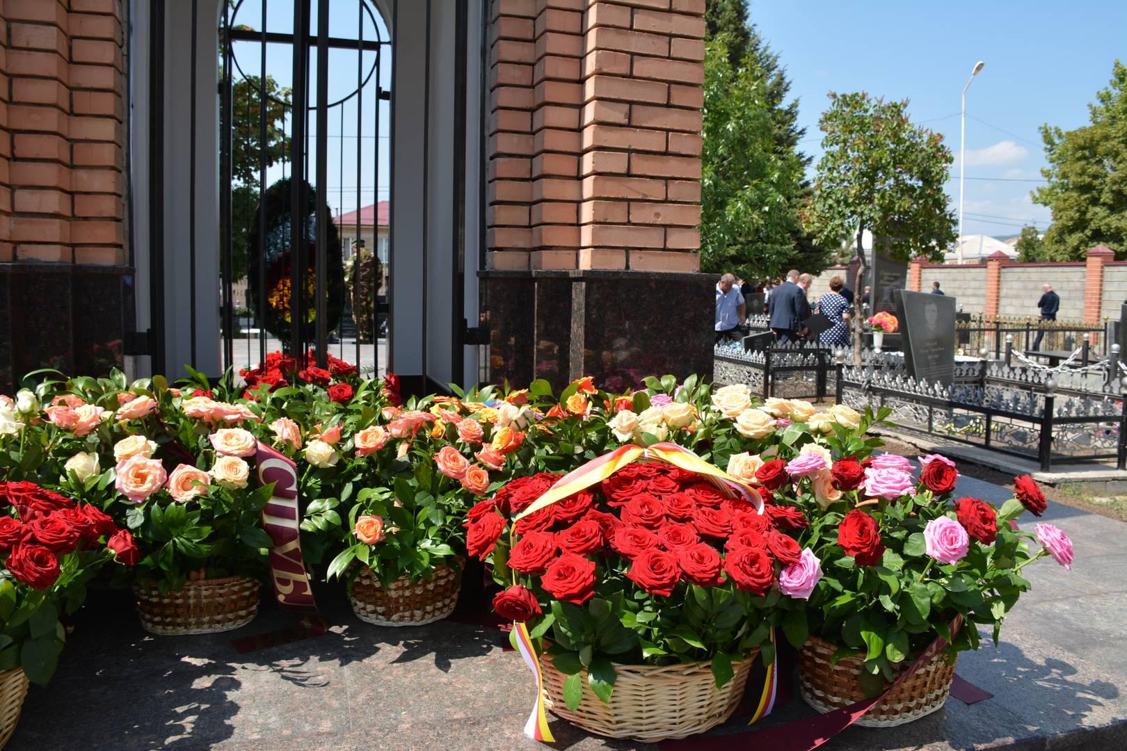 Возложение цветов на мемориальном кладбище во дворе цхинвальской школы №5