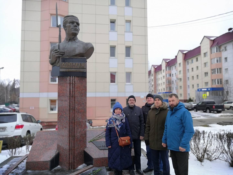 Возложение цветов памятнику П.И. Лопареву. Ханты-Мансийск. 7 ноября 2019 год