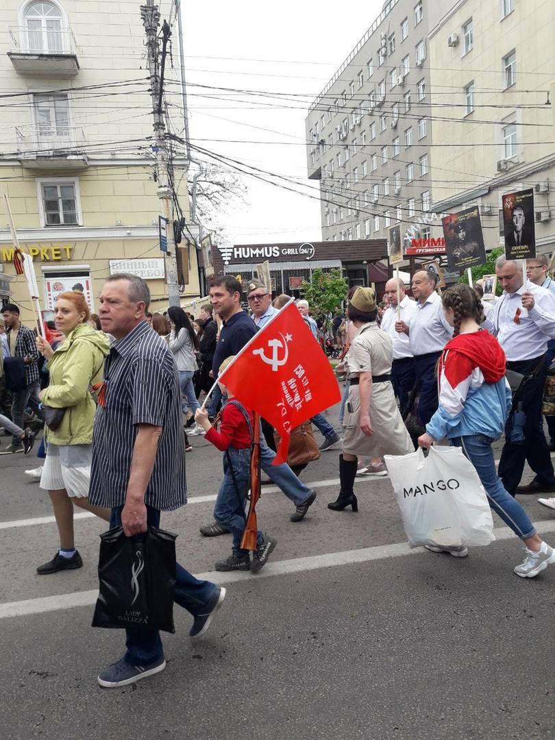 Знамя Победы на шествии «Бессмертного полка» в Воронеже