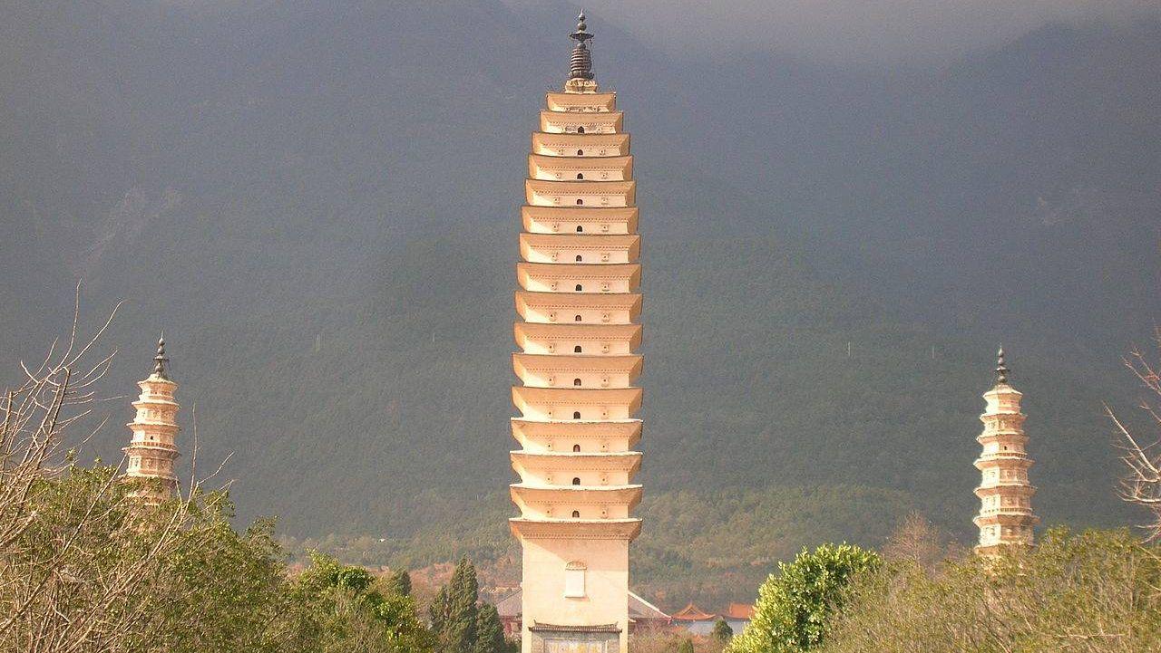 Общий вид Трёх пагод; провинция Юньнань, Китай