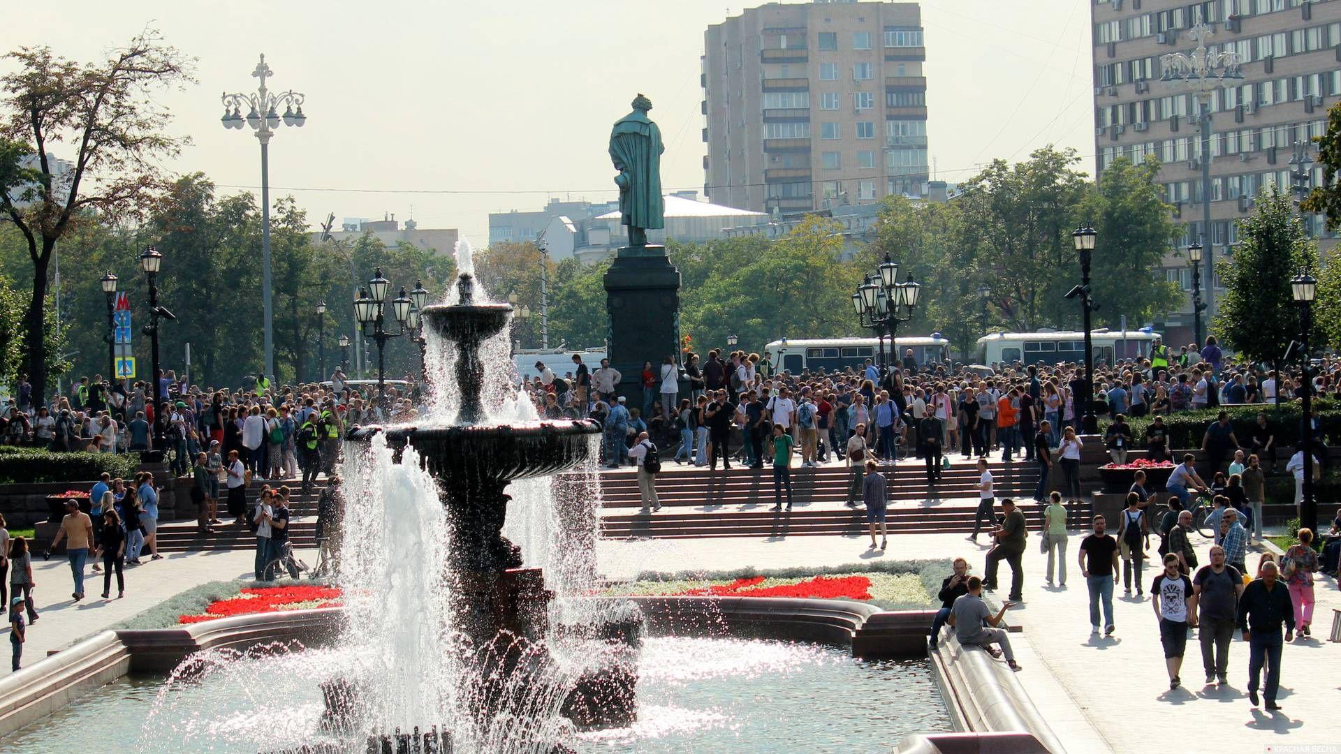 Пушкинская площадь была оцеплена и полна народу