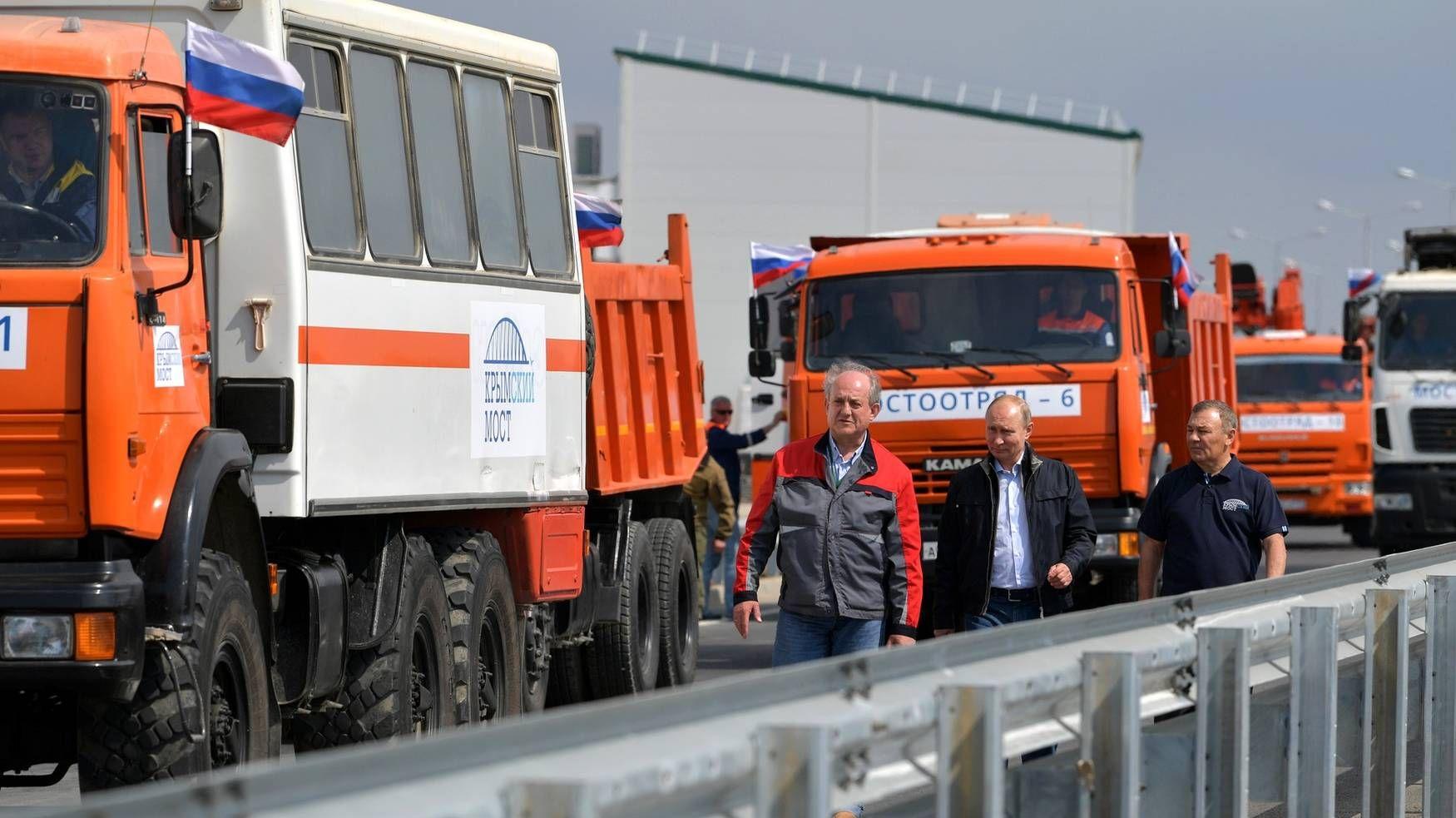 Путин перед проездом по Крымскому мосту