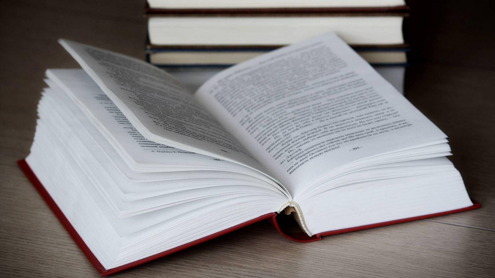 Открытая книга лежит на столе
