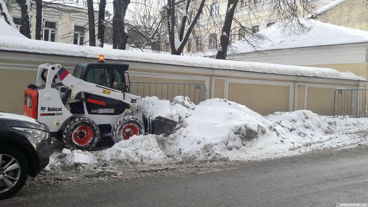 Расчищают тротуар. Москва