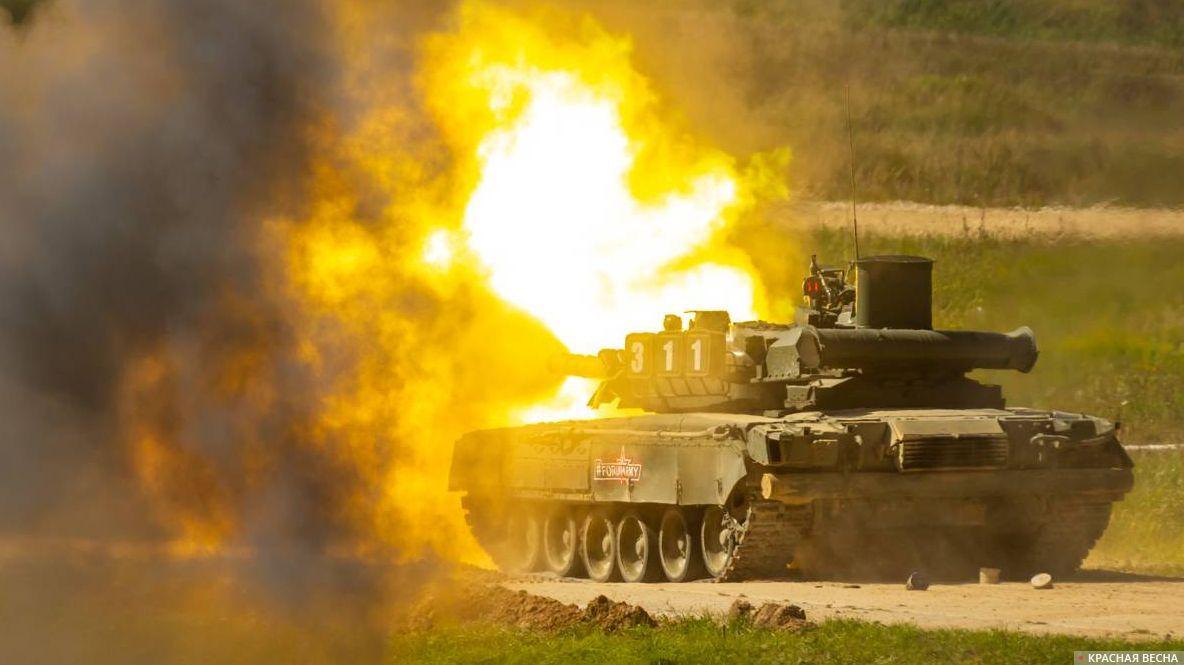 Танк Т-80У-Е1 ведет огонь