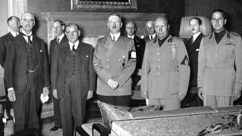 Мюнхенский сговор. Слева направо: Чемберлен(Великобритания), Даладье(Франция), Гитлер(Германия), Муссолини и Чиано(Италия)