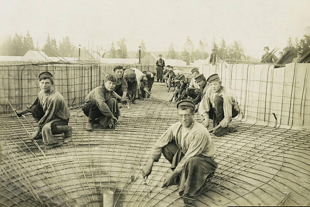 Закладка арматуры на крыше Ново-ткацкой фабрики в Богородске. 1907
