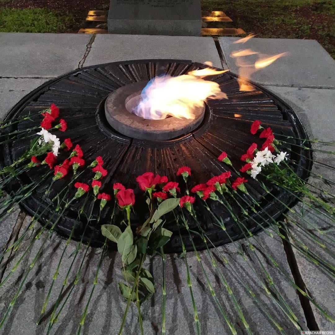 Вечный огонь на площади Коммунаров в Екатеринбурге, рядом с братскими могилами героев Революции и Гражданской войны