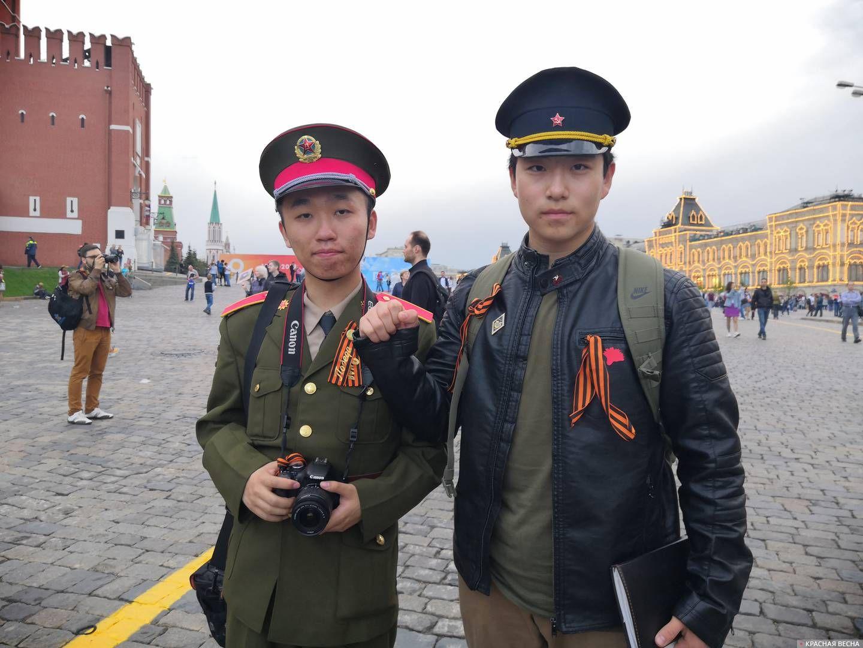 Москва. Студенты РУДН из Китая, участники «Бессмертного полка»