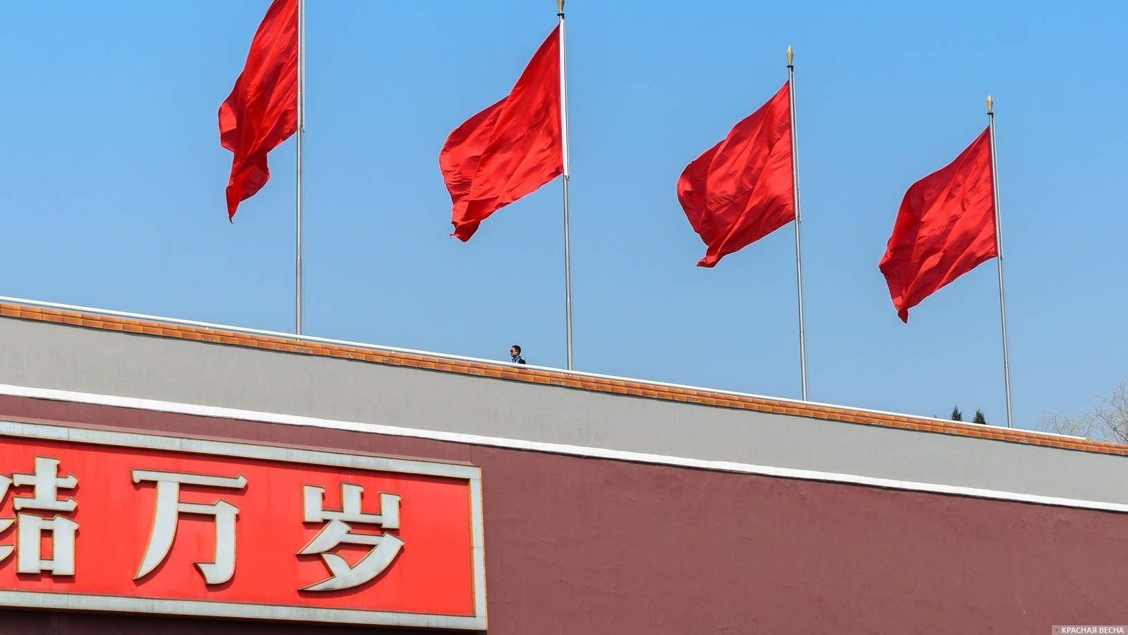 Красные флаги на Вратах Небесного Спокойствия (Тяньаньмэнь). Пекин. Китай