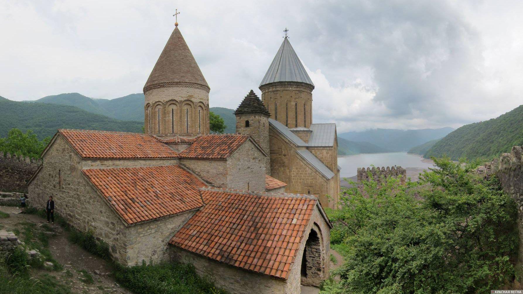 Крепость и церковь. Ананури, XVI-XVII в.в. Грузия.