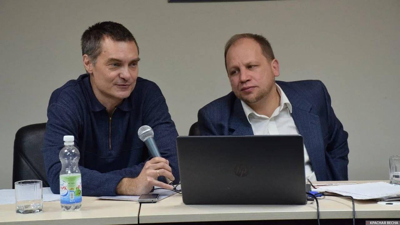 Евгений Реутов (слева). Конференция о последствиях пенсионной реформы. Белгород