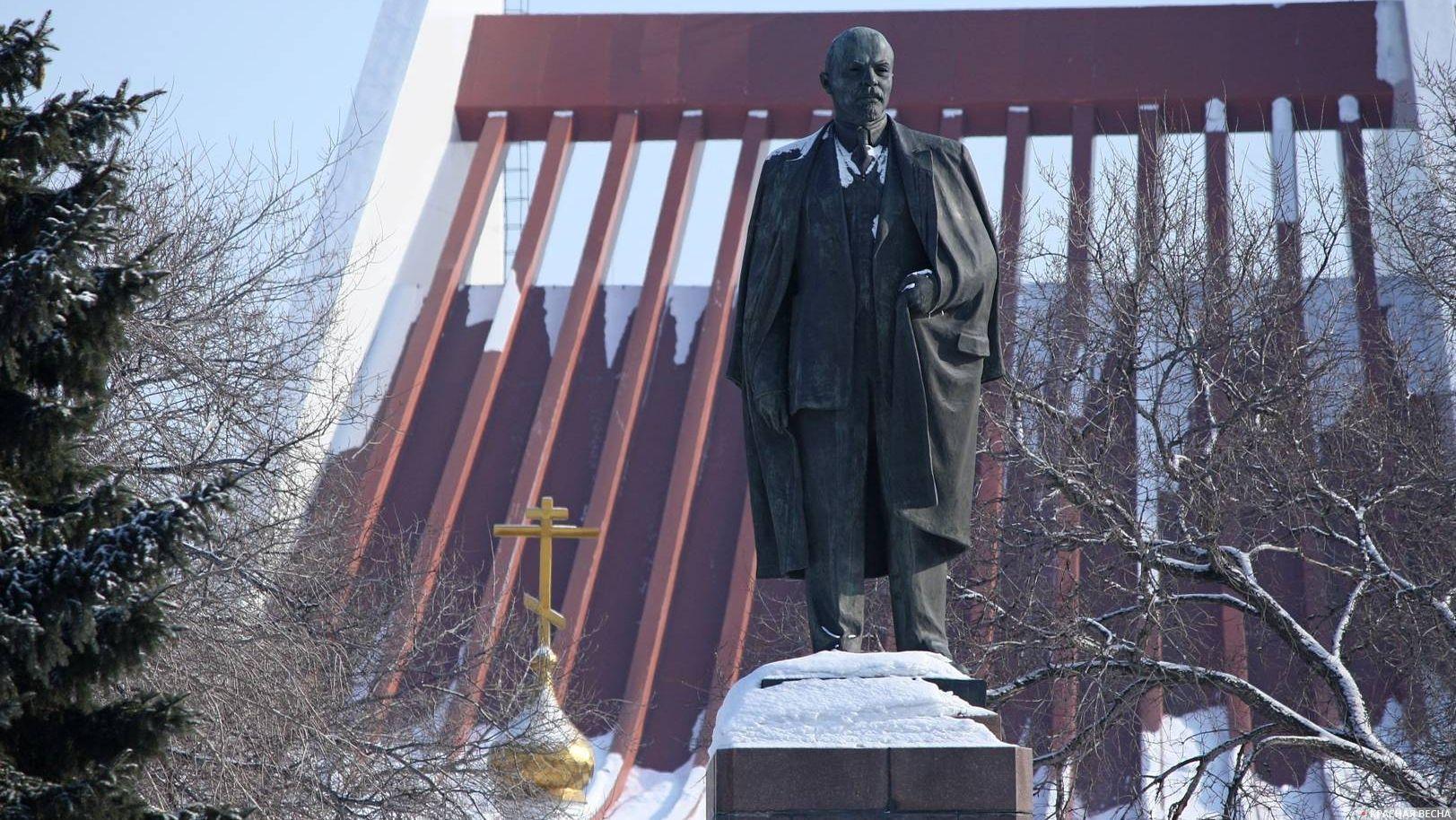 Памятник В.И. Ленину на фоне часовни Ильи Пророка и Музыкального театра. Омск