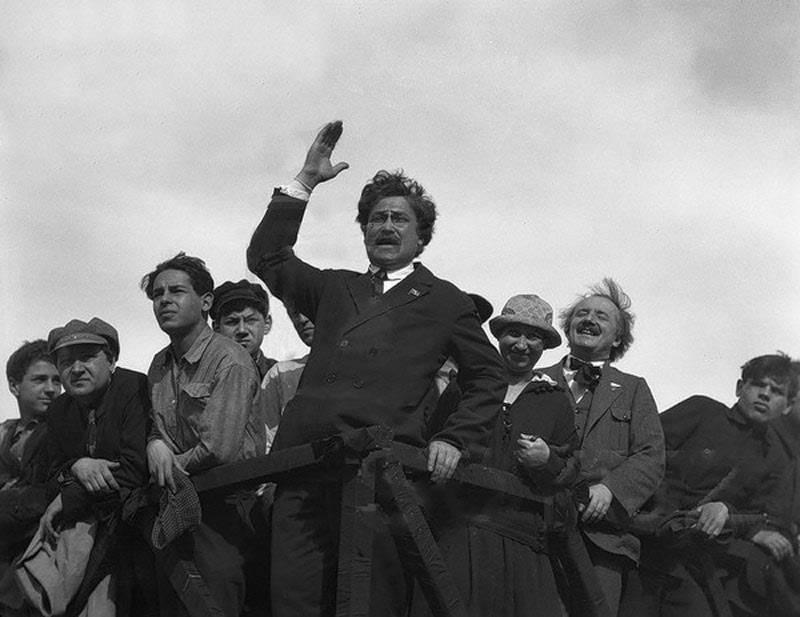 Ярославский Емельян Михайлович на первомайской демонстрации в 1926 году