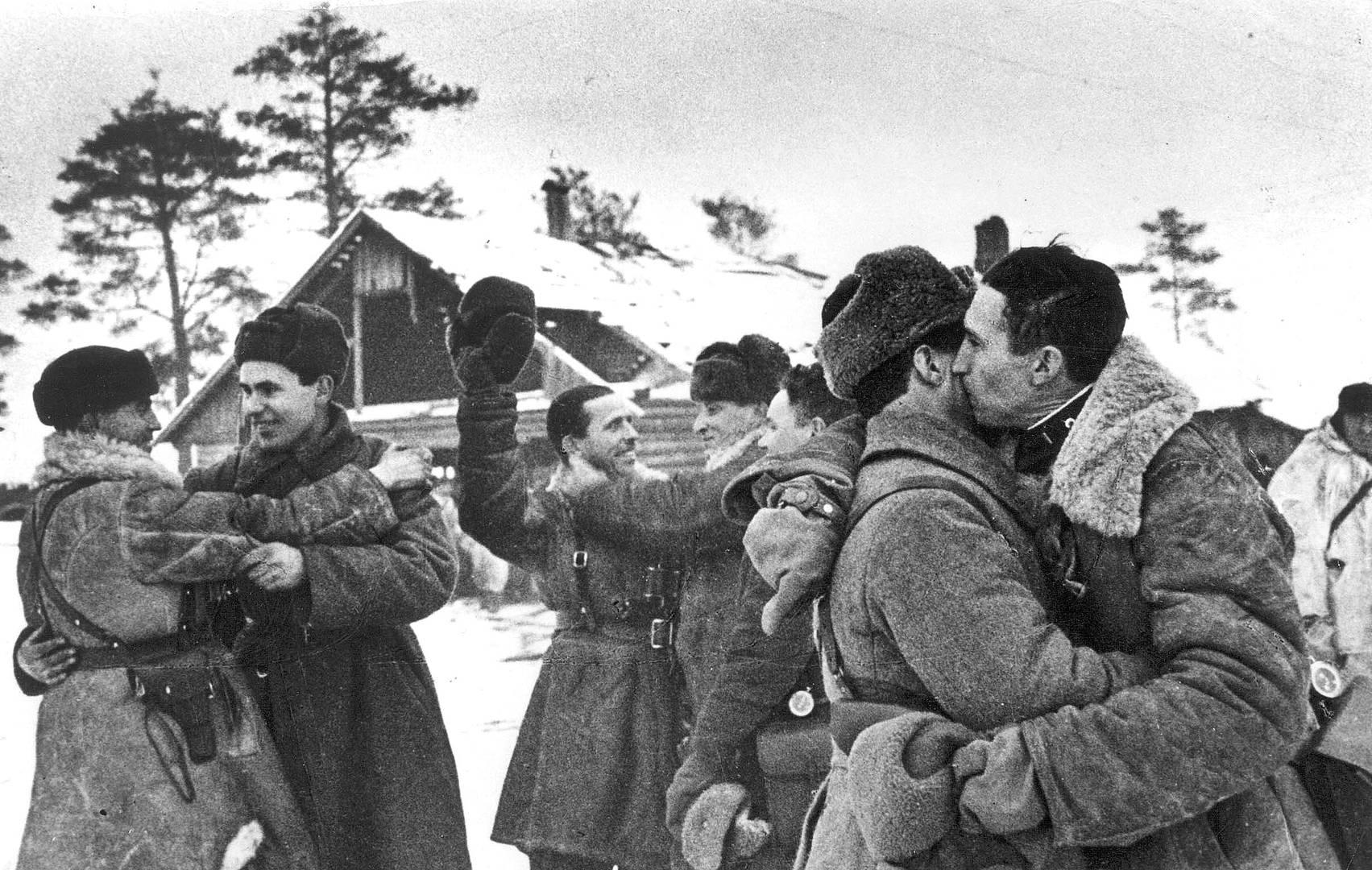 Встреча бойцов Ленинградского и Волховского фронтов у Рабочего поселка №1 во время операции по прорыву блокады Ленинграда. 18 января 1943 г.