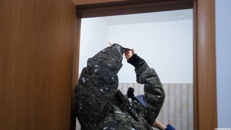 Представитель ОНФ фиксирует замечания жильцов дома, построенного в Первоуральске для переселенцев из аварийного жилья