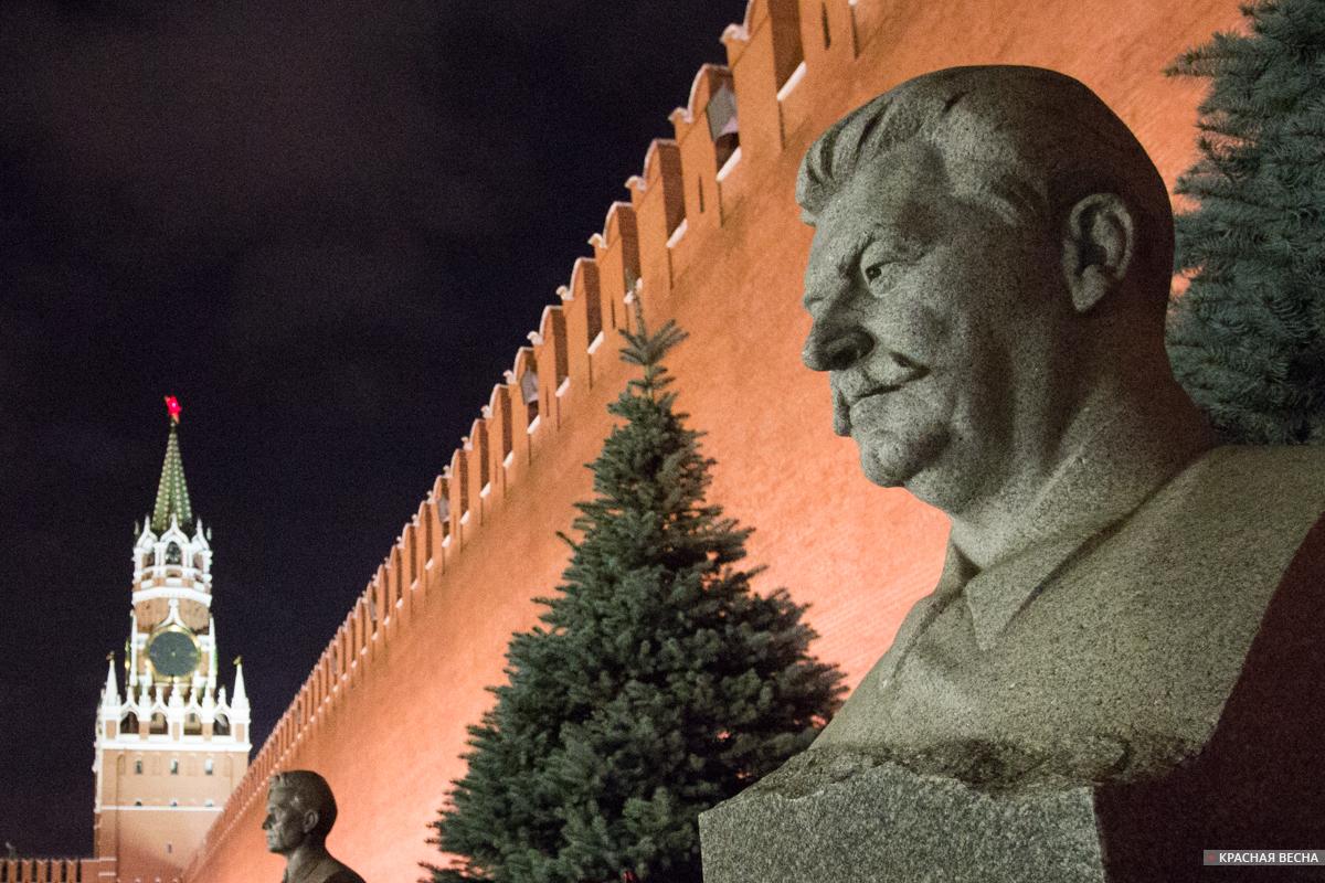 Бюст И.В. Сталина у кремлёвской стены [Петр Данилов © ИА Красная Весна]