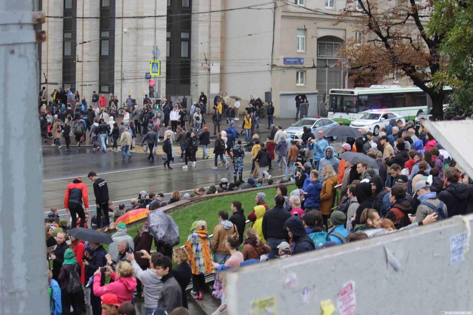 Поток протестующих не останавливается