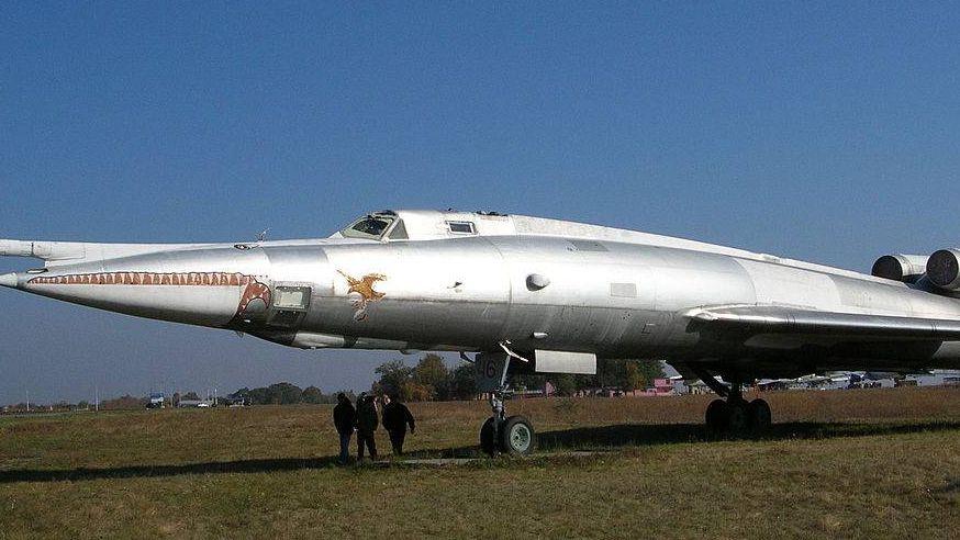 Самолёт-постановщик помех Ту-22ПД в музее дальней авиации на авиабазе Энгельс