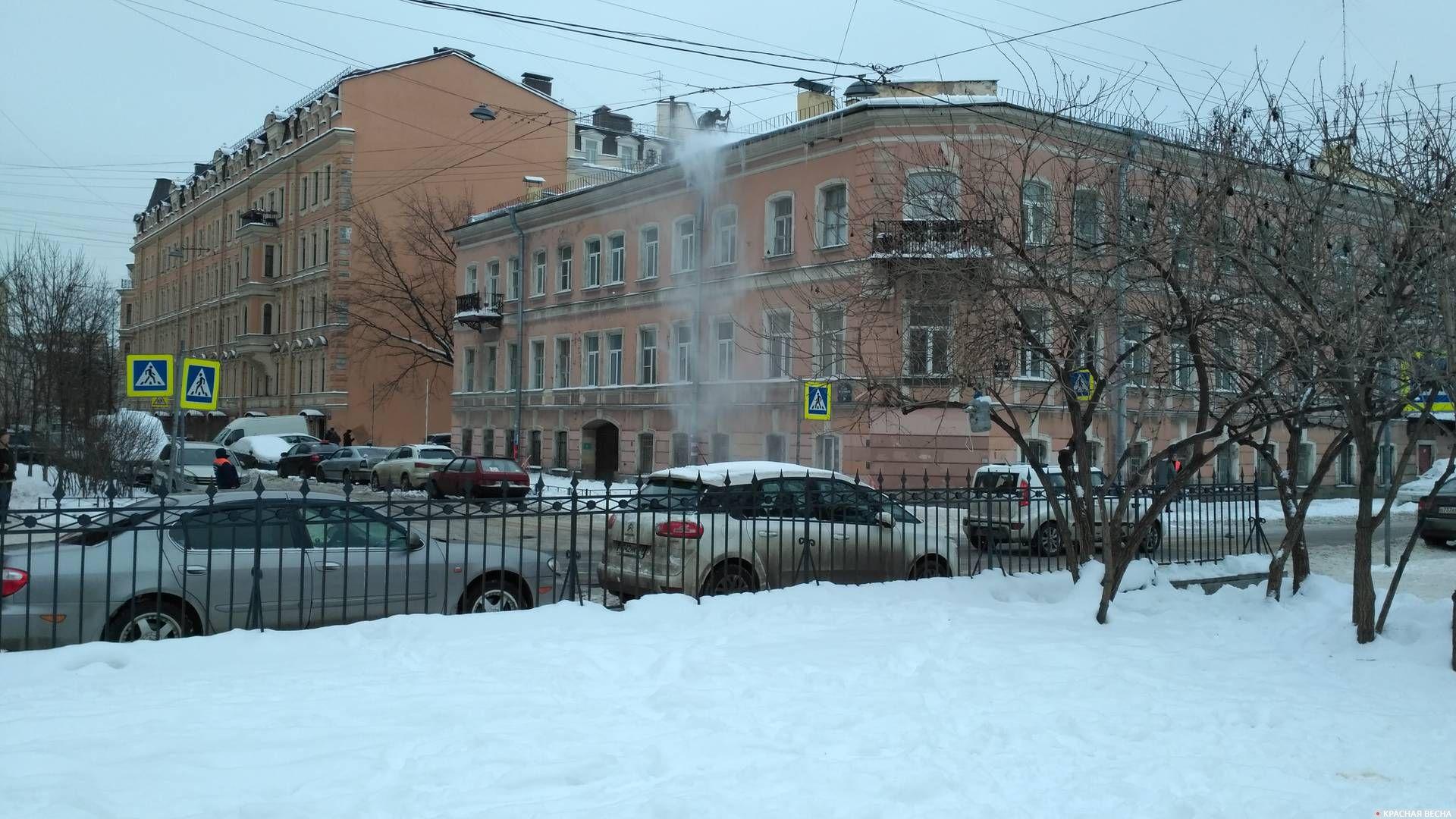 Крышу дома очищают ломом и воздуходувкой. Адмиралтейский район, Санкт-Петербург
