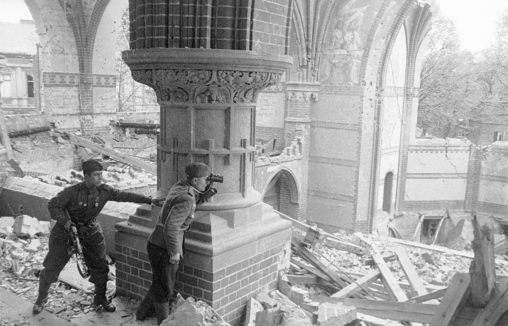 Олег Кнорринг. Советский офицер ведет корректировку артиллерийского огня из разрушенной церкви в Берлине. Апрель 1945 г.