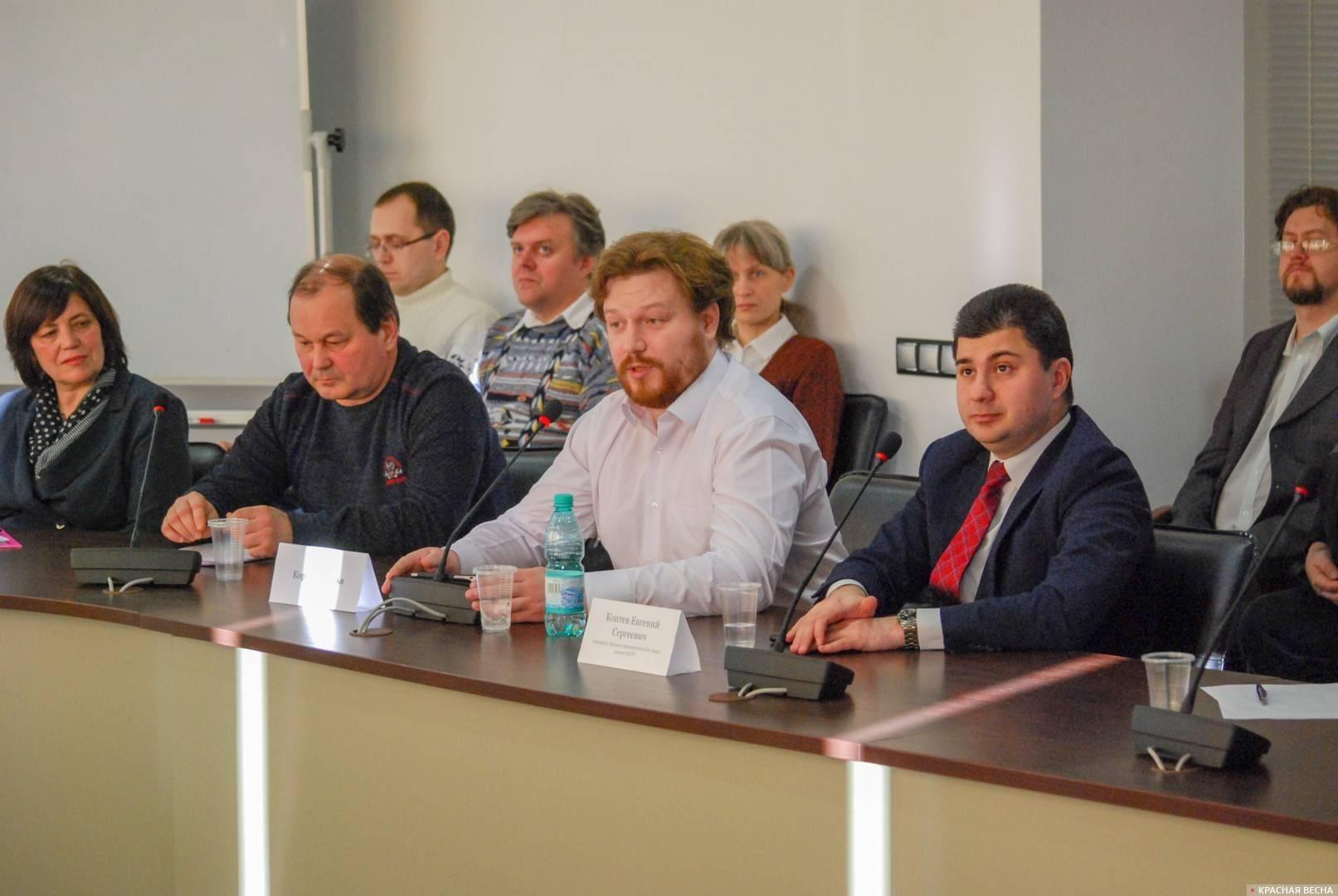 Илья Коробков (в центре). Конференция о последствиях пенсионной реформы. Новосибирск