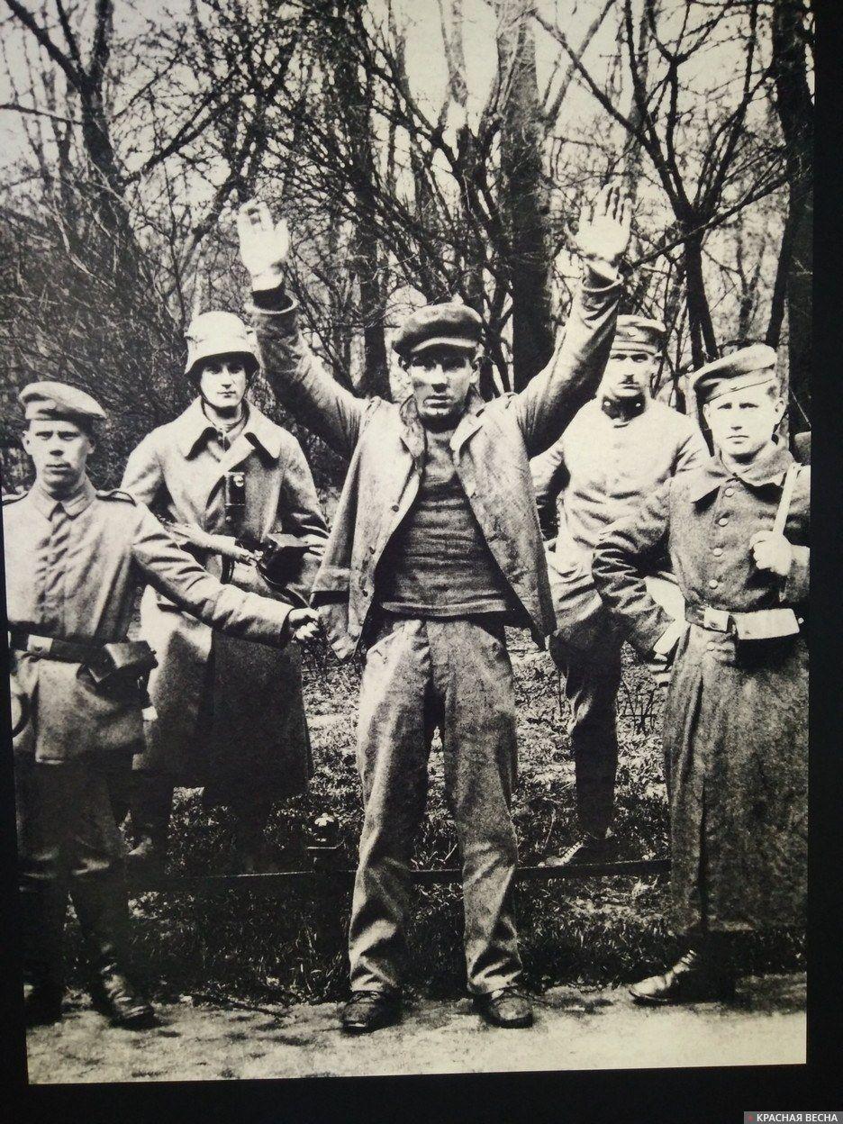 Рабочий перед расстрелом. Фотография с экспозиции выставки в Центре истории национал-социализма в Мюнхене.