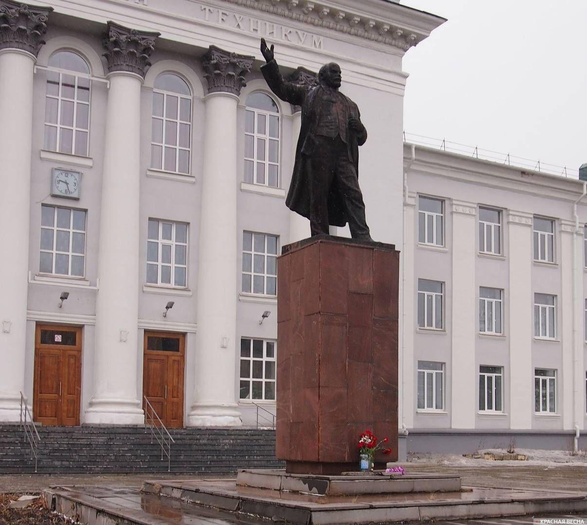 Памятник Ленину у Машиностроительного техникума. Нижний Тагил