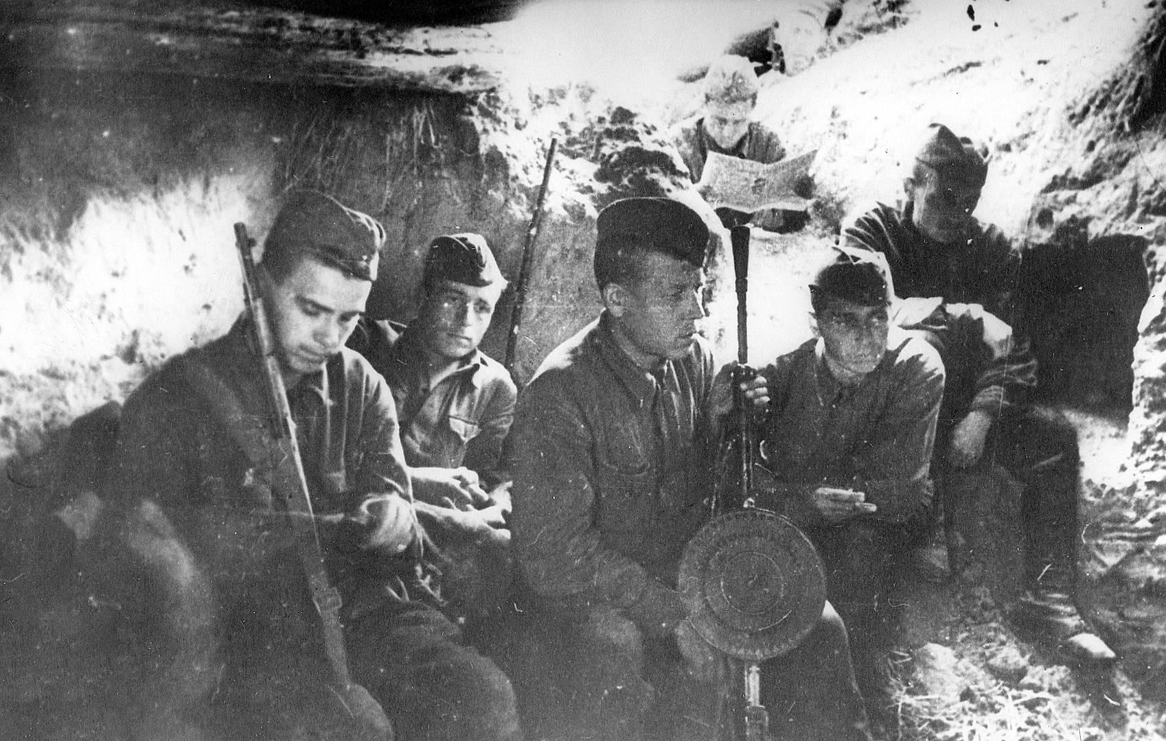 Ополченцы 1-го полка 1-й дивизии народного ополчения отдыхают в траншее на Лужском рубеже. Ленинградская область. 1941