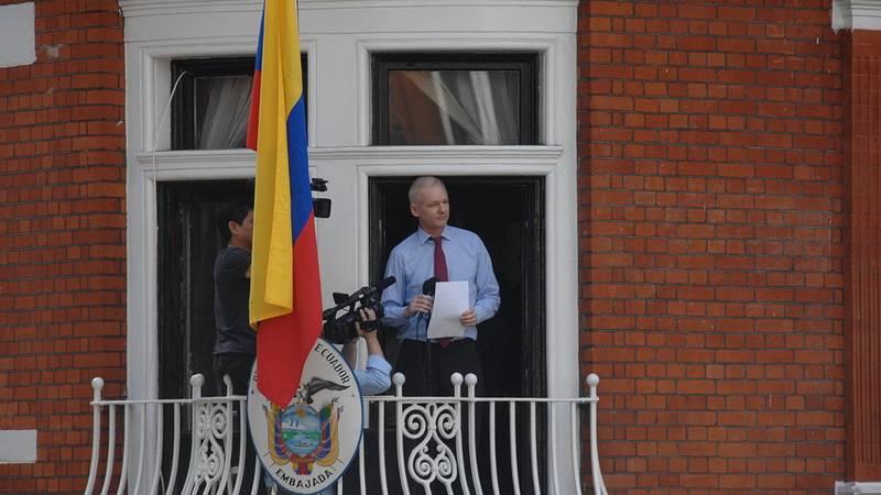 Джулиан Ассанж на балконе Эквадорского посольства.Лондон