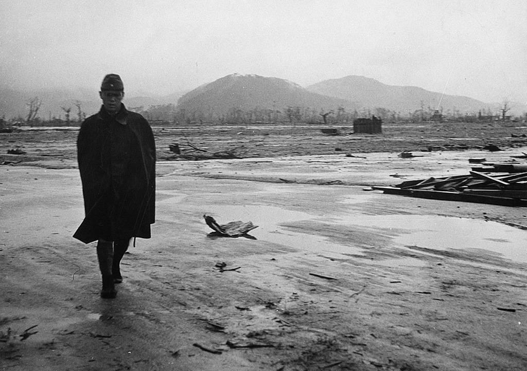 Японский солдат идет по пустынной местности в Хиросиме, в сентябре 1945 года