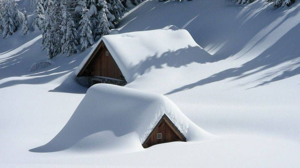 Засыпанные снегом дома
