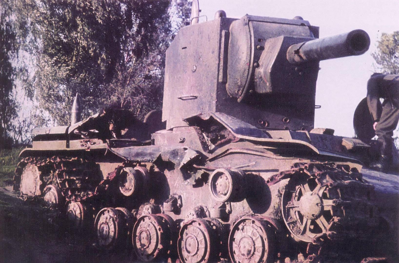 Танк КВ-2, подбитый в бою за город Остров 5 июля 1941 года