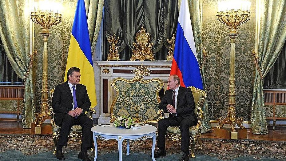 Виктор Янукович (слева)