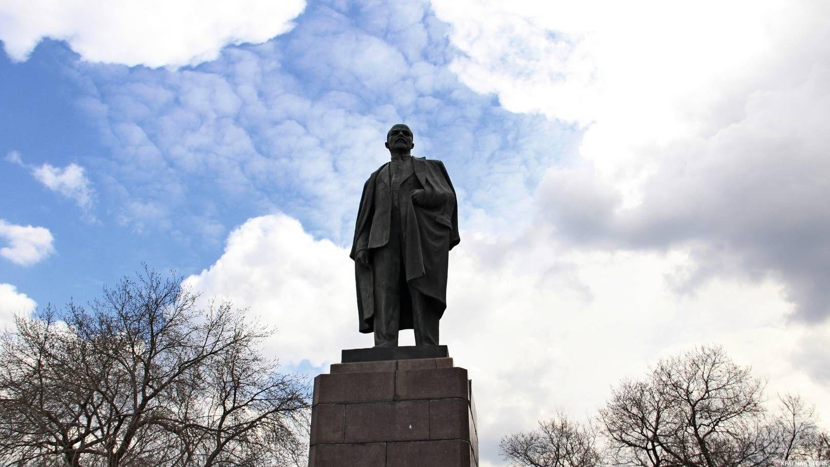Памятник В.И. Ленину на Ленинской горке. Омск