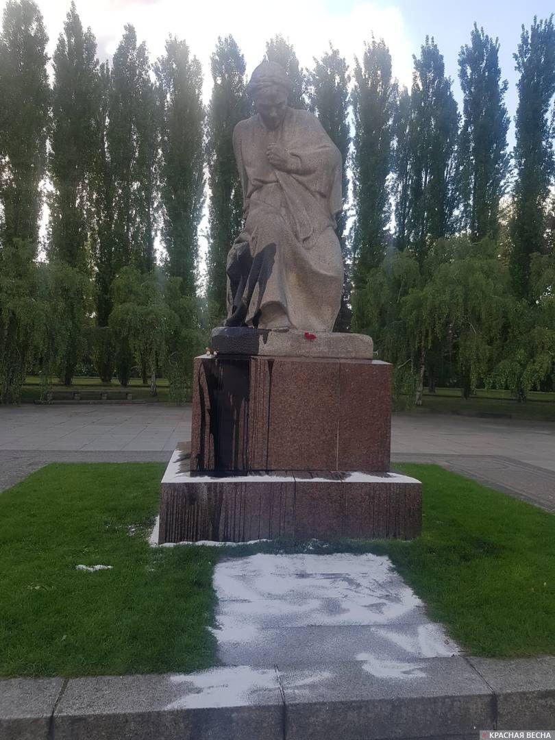 Скорбящая Родина-Мать, Трептов Парк, Берлин