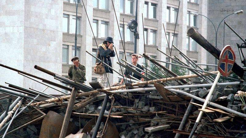 Баррикада на Горбатом мосту около Дома правительства РСФСР