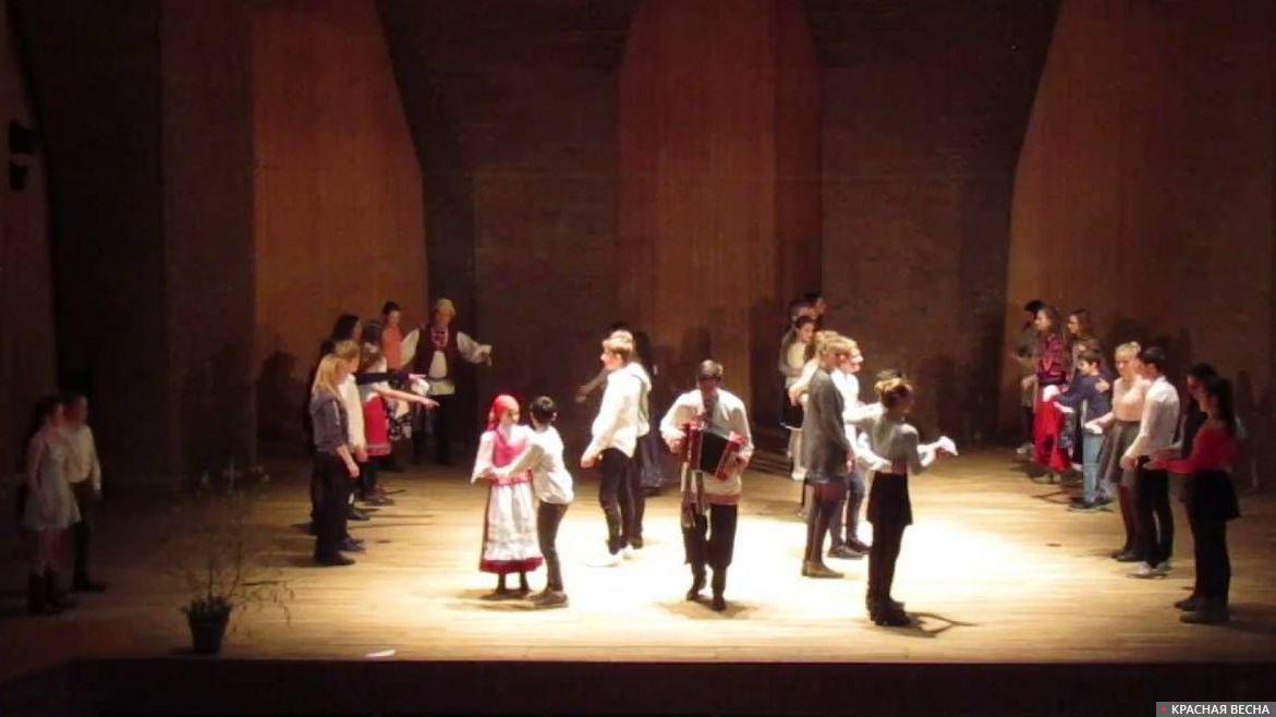 Немецкие школьники танцуют «Кадриль» в рамках недели русской культуры в Бремене