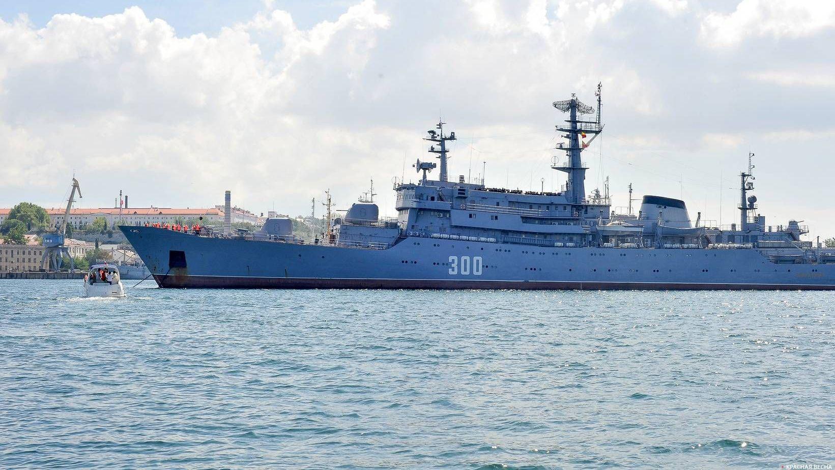 Военный корабль Черноморского флота в Севастопольской бухте