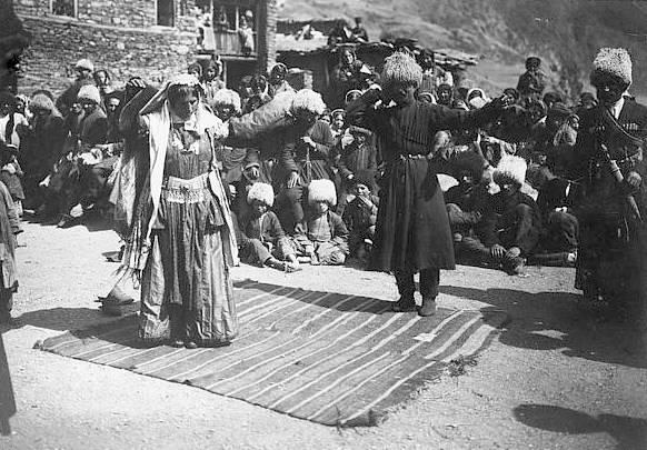 Фотография «Лезгины, танцующие лезгинку», начало XX века, с. Ахты, Дагестан