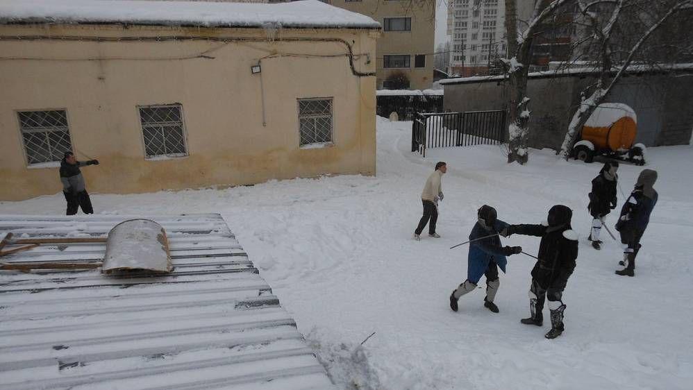 Тренировки взрослых проходят на улице