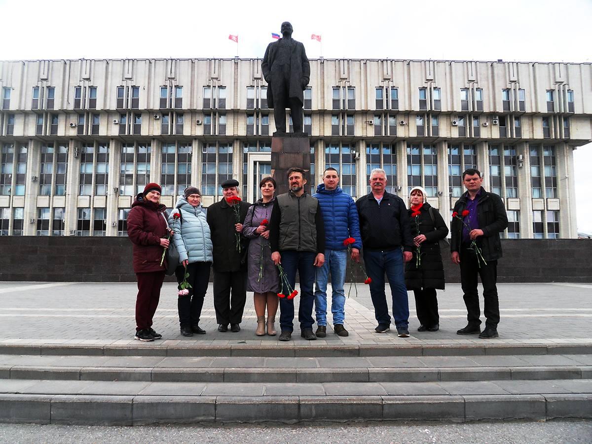 Возложение цветов к памятнику В. И. Ленину на центральной площади г. Тулы.