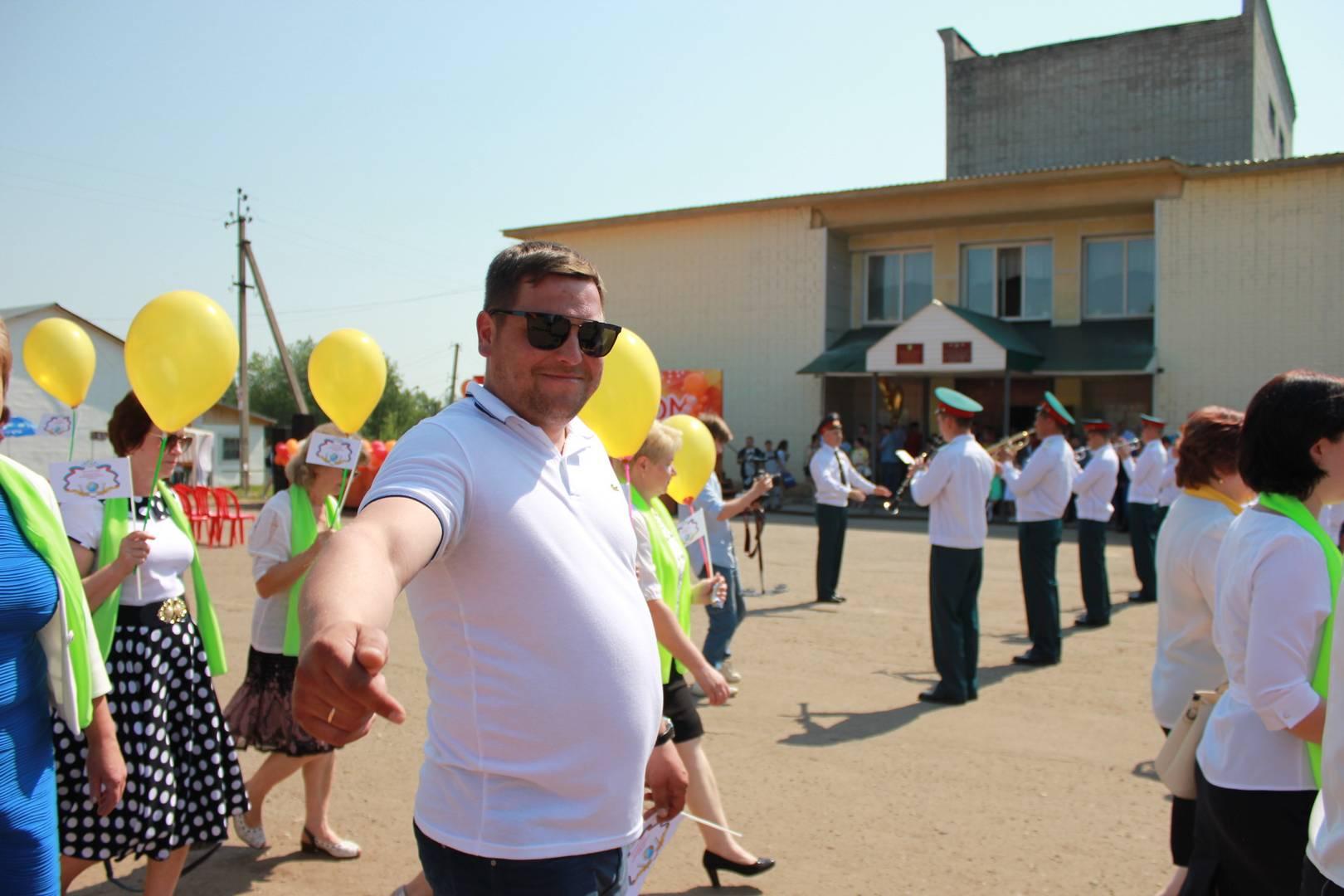 Участник шествия директор Александровской школы