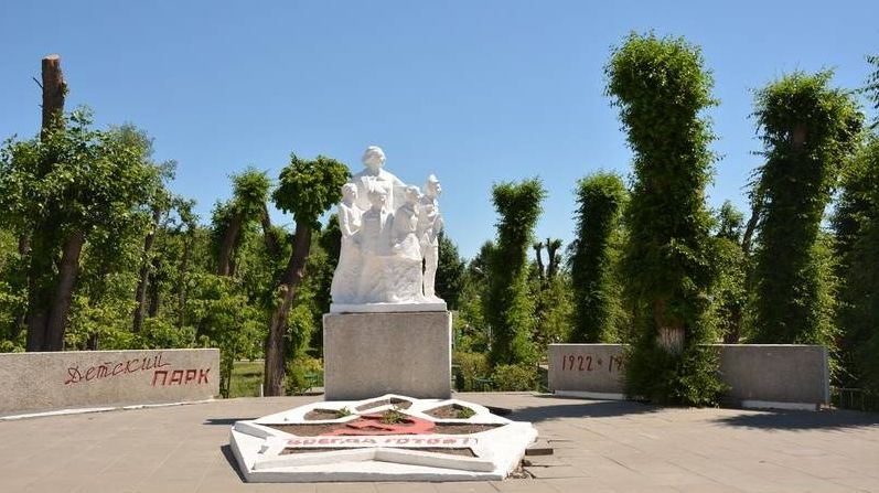 Детский парк, скульптурная композиция «Крупская и дети пионеры-герои»