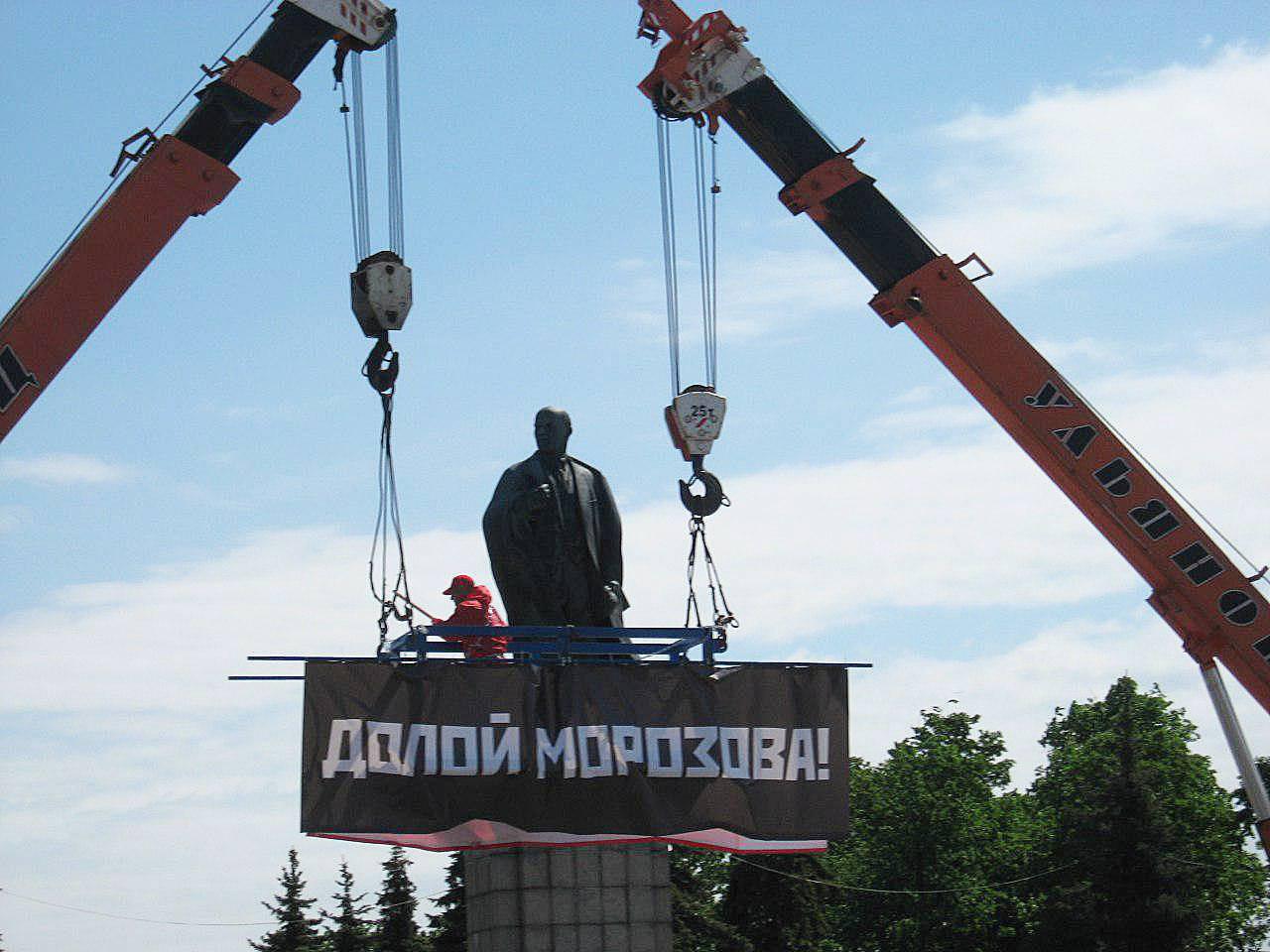 Баннер подвешенный двумя кранами на митинге КПРФ в Ульяновске. 25 мая 2018 г.