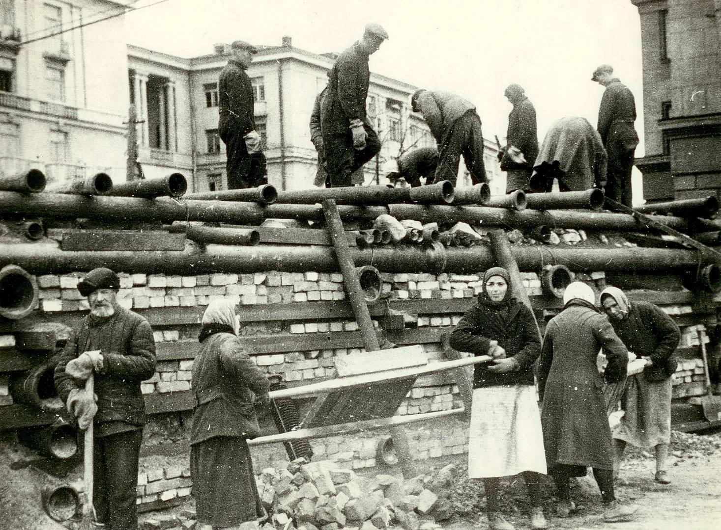 Постройка баррикады в Автово. 24 сентября 1941 г.